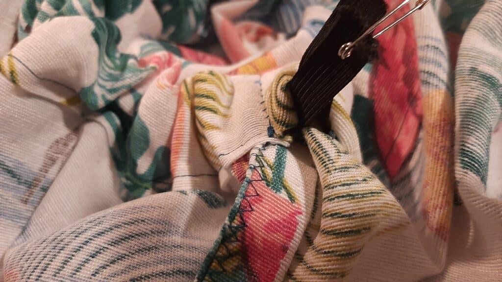 Navliekanie gumičky do sukne
